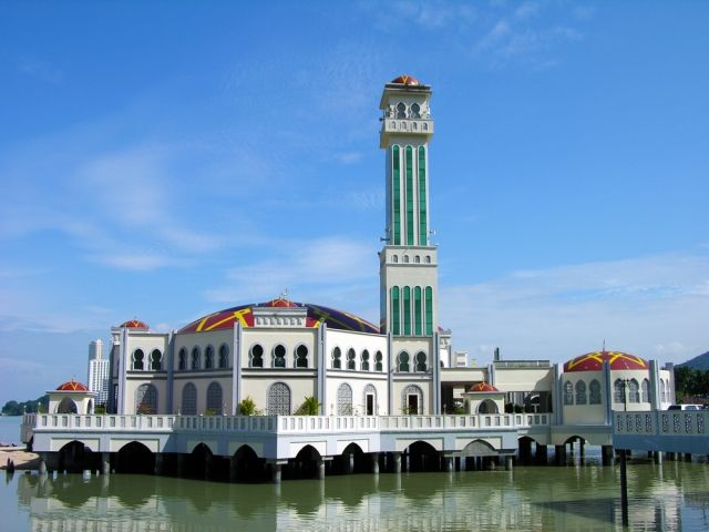 Image of the mosque which looks as if it's floating