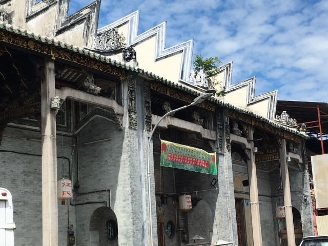 Roof in Penang with what looks like a dragons tail on top