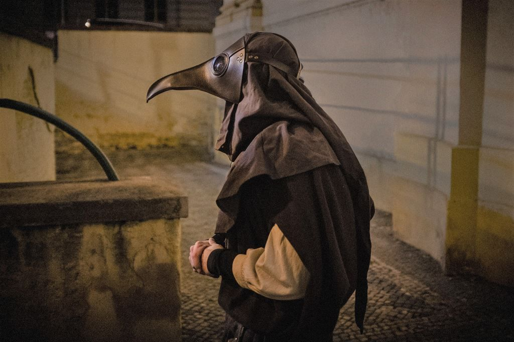 Tour guide in plague doctor mask in the Airbnb Online Experience Plague Doctor in Prague