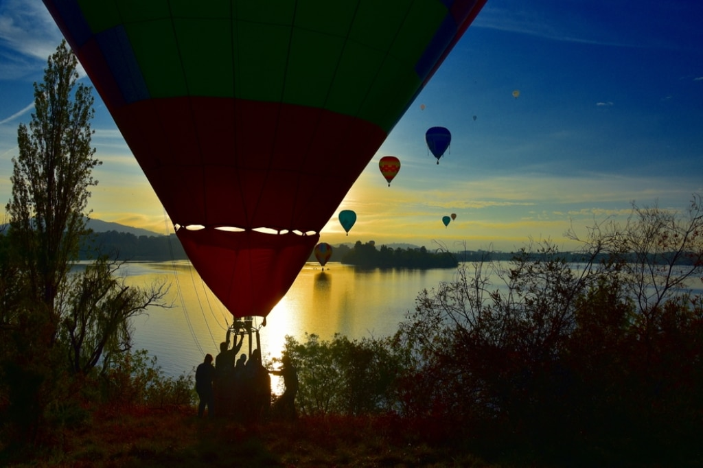 hot air ballon next to Lake Burley Griffen in Canberra